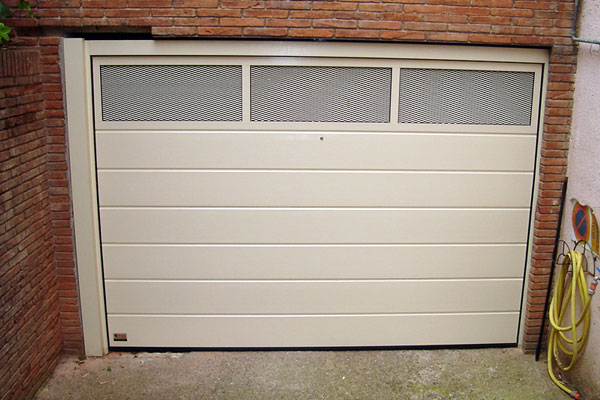 Puerta de garaje seccional prat for Modelos de puertas de garaje